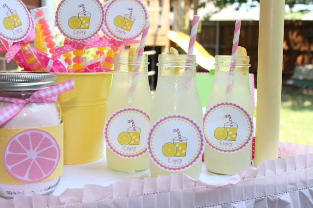 DIY Lemonade Stand Kit that is perfect for some summer fun! {FREE PRINTABLES} Use for you own stand or as party favors! Easy to put together.
