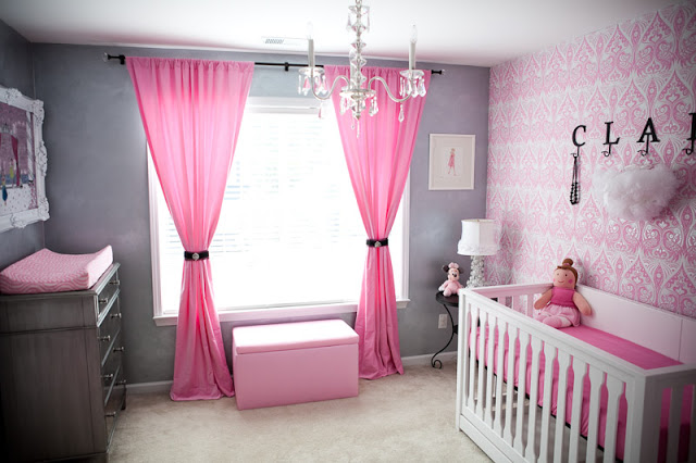 Design pink patterned wallpaper in the bedroom baby