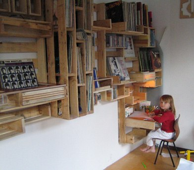 DIY kids room shelving made of shipping pallets