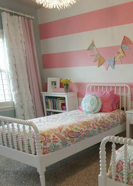 Pink striped girls room design dazzle for Striped bedroom paint ideas