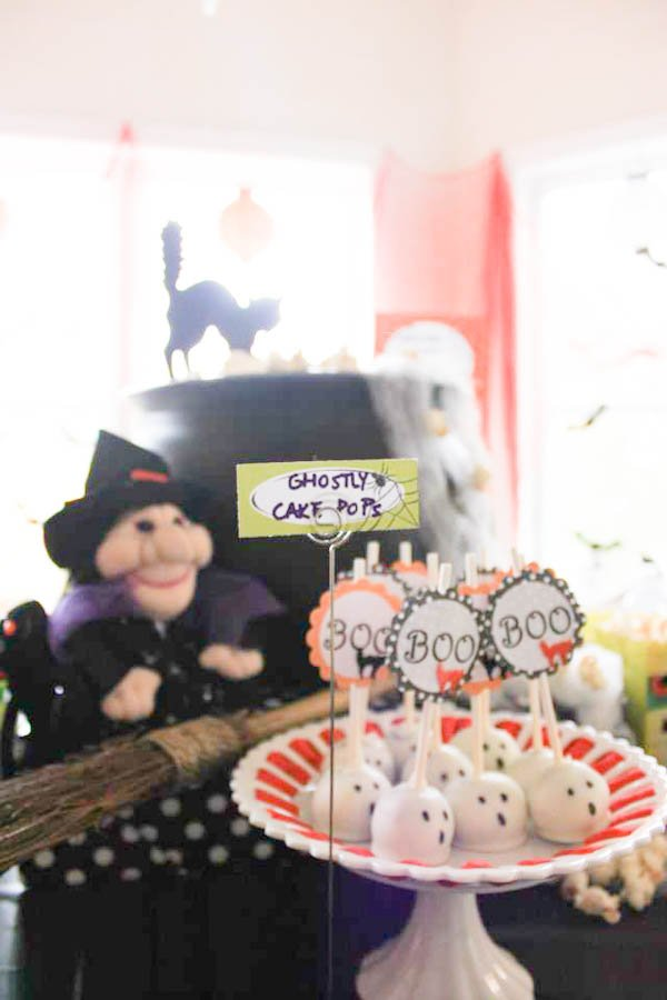 Adorable Ghostly Cake Pops for a Halloween Party!