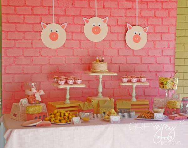 3 little pigs party food table