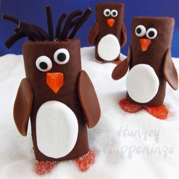 Penguin Snack Cakes | Christmas Treat Ideas for Kids | kid friendly Christmas treats | holiday treats for kids | Christmas sweets for kids || Design Dazzle #Christmastreats #holidaysweets