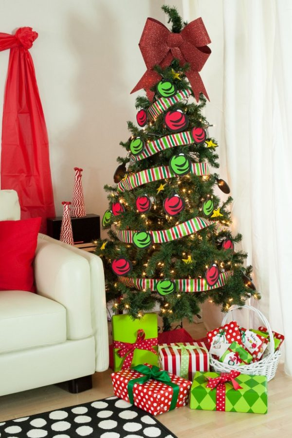 All the Whos down in Whoville would heartily approve of this Grinchmas Party! Cute tree decorated with paper ornaments!
