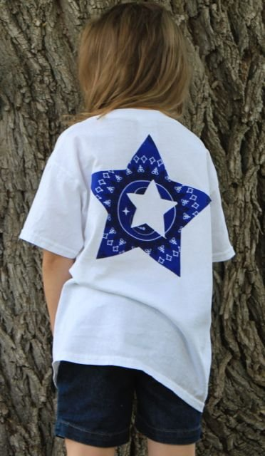 Create this no-sew 4th of July shirt for your kids to wear to all those upcoming patriotic celebrations! A cute idea for a 4th of July Flag T-shirt! - Design Dazzle