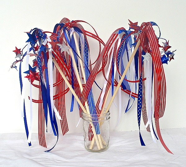 4th of July crafts for kids! Patriotic wands for kids to wave!
