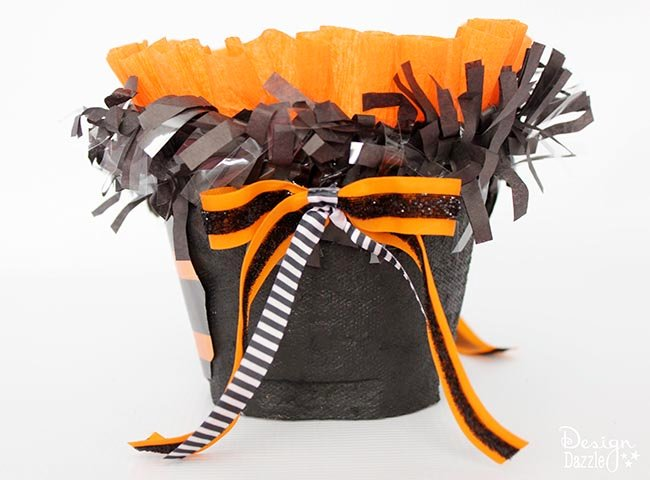 Step-by-step tutorial to make a quick, easy spook-tacular halloween treat! Designdazzle.com #diyhalloween #halloweentreats