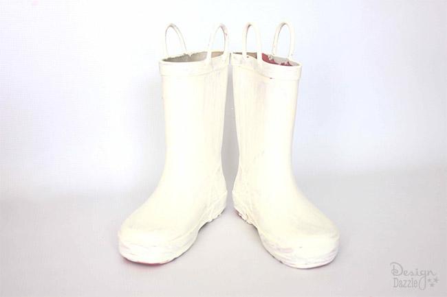 DIY Christmas Decor from old, dirty boots on Designdazzle.com #ChristmasDecor