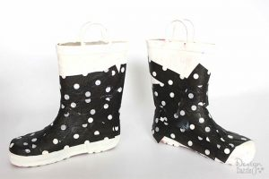 Tutorial of how to make Christmas Decor from old boots on Designdazzle.com #diyChristmas