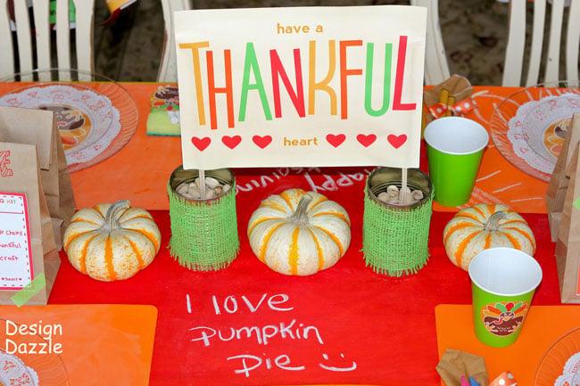 Thanksgiving kit idea for kids. Free printable. Design Dazzle #thanksgivingkidstable #thanksgivingkids #thanksgivingprintables