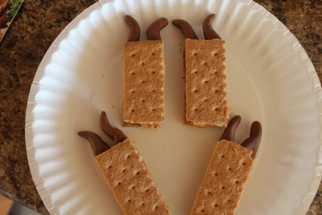 Easy Baking Ideas with Graham Crackers. Cute reinder made with graham crackers, peanut butter, candy melt and tootsie roll!