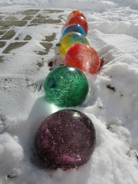 Make ice balloons for an afternoon of fun in the snow