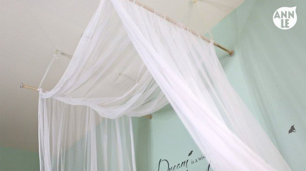 A DIY bed canopy made out of dowels! Isn't it fantastic? Super easy, too!