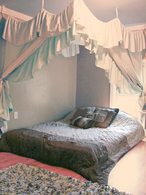I LOVE this DIY bed canopy! Easy, cheap, and super effective!