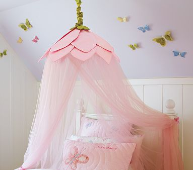I LOVE this DIY canopy bed! Totally gorgeous!