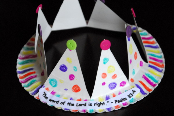 I love this paper plate craft...a crown! How fun and inventive & 12+ Paper Plate Craft Projects - Design Dazzle