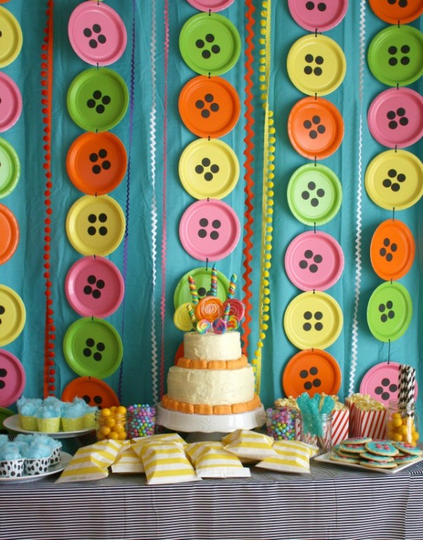 Love this creative DIY photo backdrop! Such a great idea - button plates!