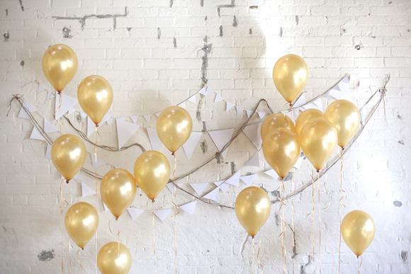 Love this DIY photo backdrop - gold balloons are stunning here!