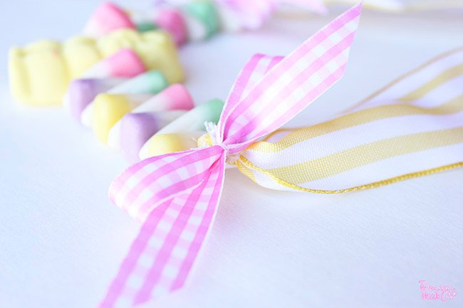 Make a sweet Easter candy necklace with your kids! Such a sweet, simple craft on Design Dazzle. #Easter #craft