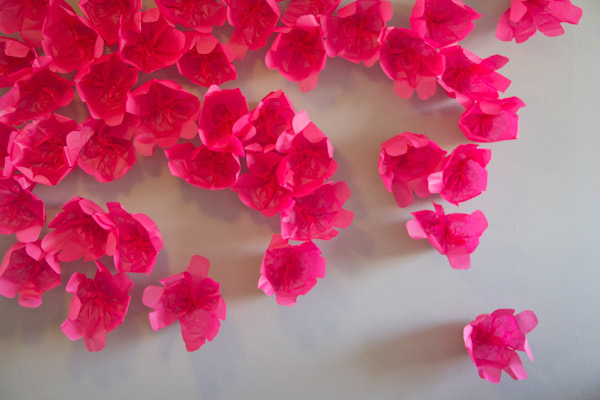Love this gorgeous DIY photo backdrop! Perfect for an adult birthday party!
