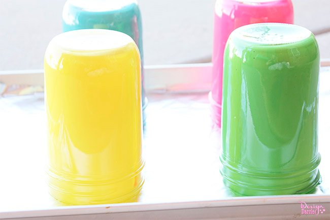 Make bold, bright tinted mason jars for the perfect centerpiece! See how on Design Dazzle.