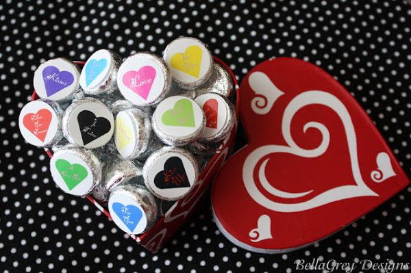 DIY Valentine Ideas: Valentine Kiss Stickers FREE PRINTABLE. Great for classroom parties!