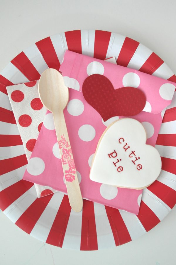 DIY Valentine Ideas: Valentine's Day Classroom Party Place setting! Make your classroom festive and fun!