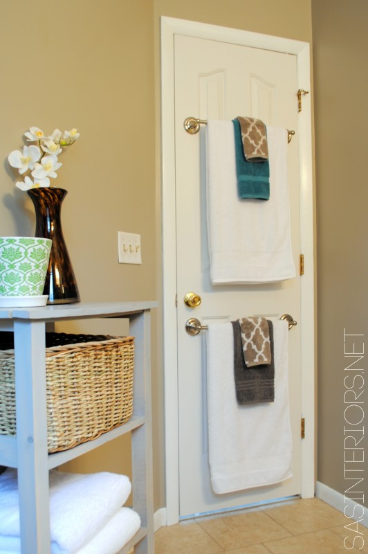Back of the door towels for a guest room!! Genius Guest Room Ideas!