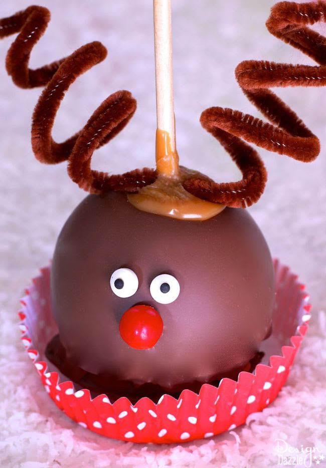 The Reindeer Caramel Apple is a sweet treat to make with the kiddos. It's a super easy gift to make for someone or to make a bunch for a party! | Christmas treat ideas | homemade caramel apples | reindeer themed desserts | reindeer treats for kids || Design Dazzle #reindeerchristmas #reindeertreats #christmastreats