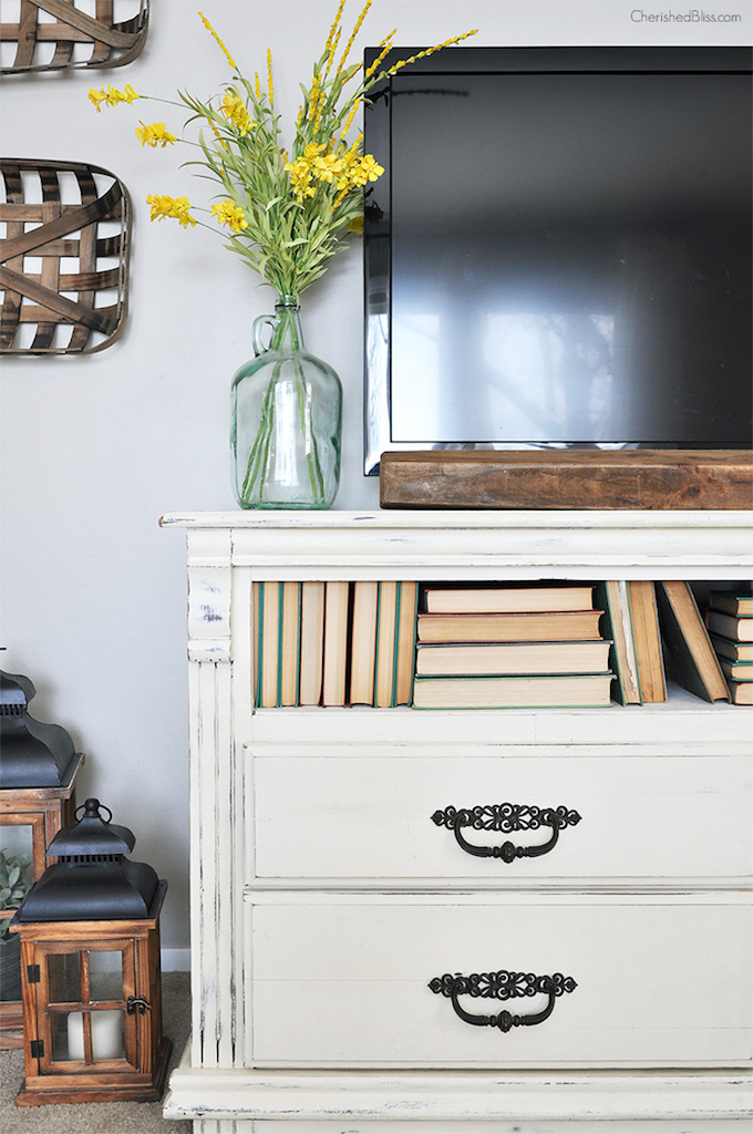 This post will give you some of my favorite tips and tricks on how to decorate around your TV and still make your room look gorgeous!   Design Dazzle