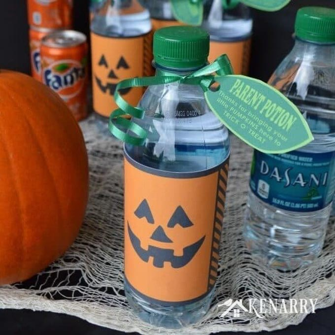 Halloween can be filled with so much sugar so this post has 15 fabulous non candy trick-or-treat ideas to hand out on Halloween that the kids will love! | halloween candy alternatives | halloween treat ideas | unique halloween treats | non-candy halloween treat ideas || Design Dazzle