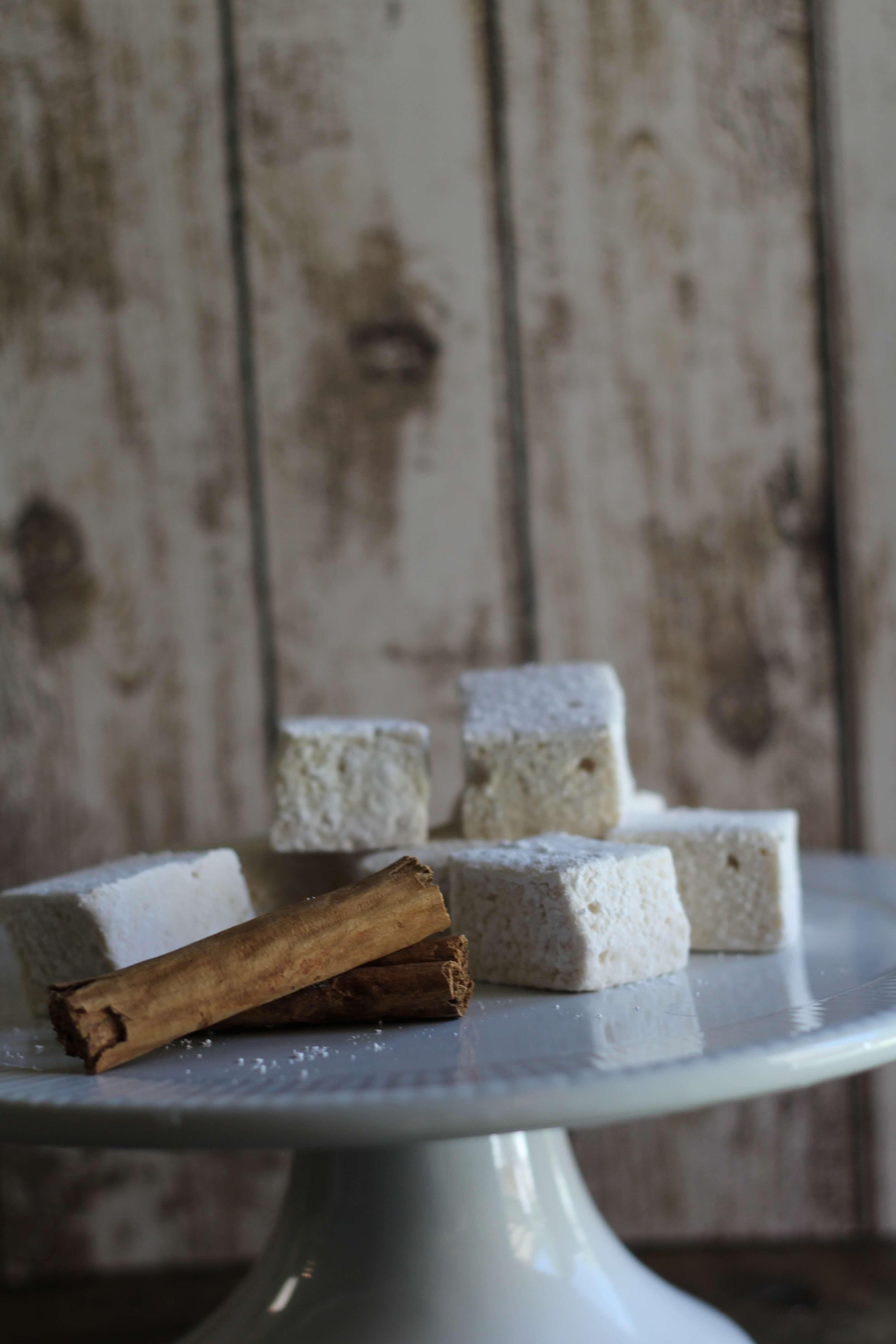 Snickerdoodle Marshmallow Recipes | homemade marshmallows | christmas treat recipes | snickerdoodle recipe ideas | how to make homemade marshmallows | easy marshmallow recipe || Design Dazzle #marshmallow #marshmallowrecipe #snickerdoodlerecipe