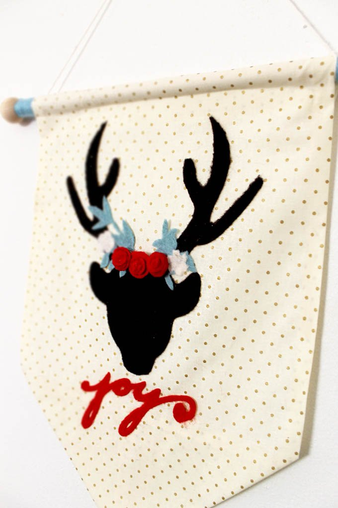 This is a super simple, DIY festive Christmas deer holiday wall hanging. The perfect Christmas decor idea that you can put together real fast! | christmas diy wall hanging | diy christmas decor | diy christmas gift | diy christmas decorations | christmas wall hanging || Design Dazzle #diychristmasdecor #diywallhanging #diychristmas