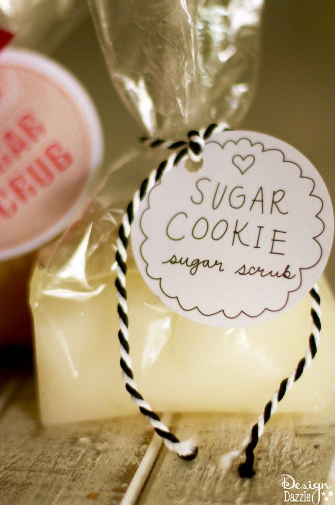 Who wouldn't love to receive darling, scented sugar scrubs as a present? Sugar scrubs smell yummy and make your skin feel silky smooth. | sugar scrub gift ideas | homemade holiday gifts | homemade sugar scrubs | free holiday printables | holiday sugar scrub recipes || Design Dazzle #sugarscrub #holidaysugarscrub #sugarscrubrecipe