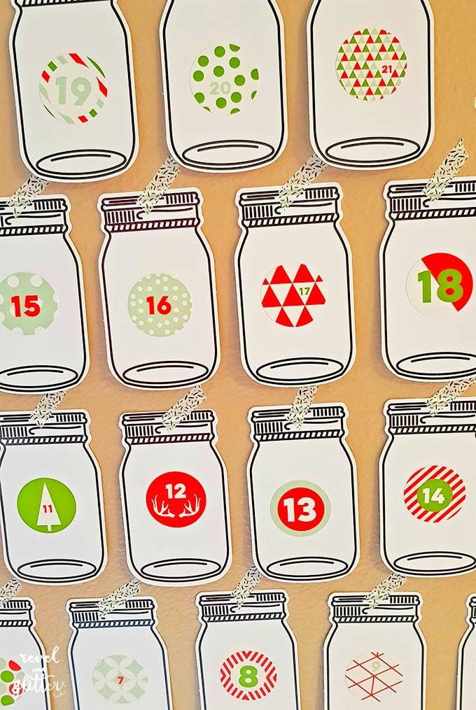 Help your family give back this Christmas with a Mason Jar Acts of Kindness Advent Calendar | advent calendar ideas for kids | diy advent calendar | advent calendar ideas | easy advent calendar ideas | unique advent calendar ideas | advent calendar activities || Design Dazzle #AdventCalendar #diyadventcalendar