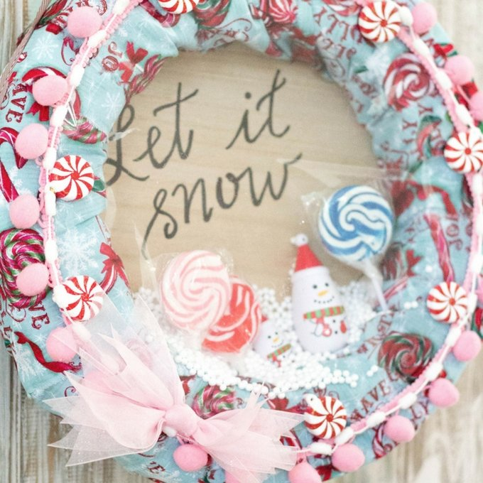 This DIY Snow Globe Wreath is the perfect activity to do on a cold winters day with hot chocolate in hand! | diy holiday wreath | christmas wreath diy | homemade holiday wreath | holiday activities for kids | easy holiday wreaths || Design Dazzle #christmaswreaths #holidaywreaths #diywreath #winterwreath
