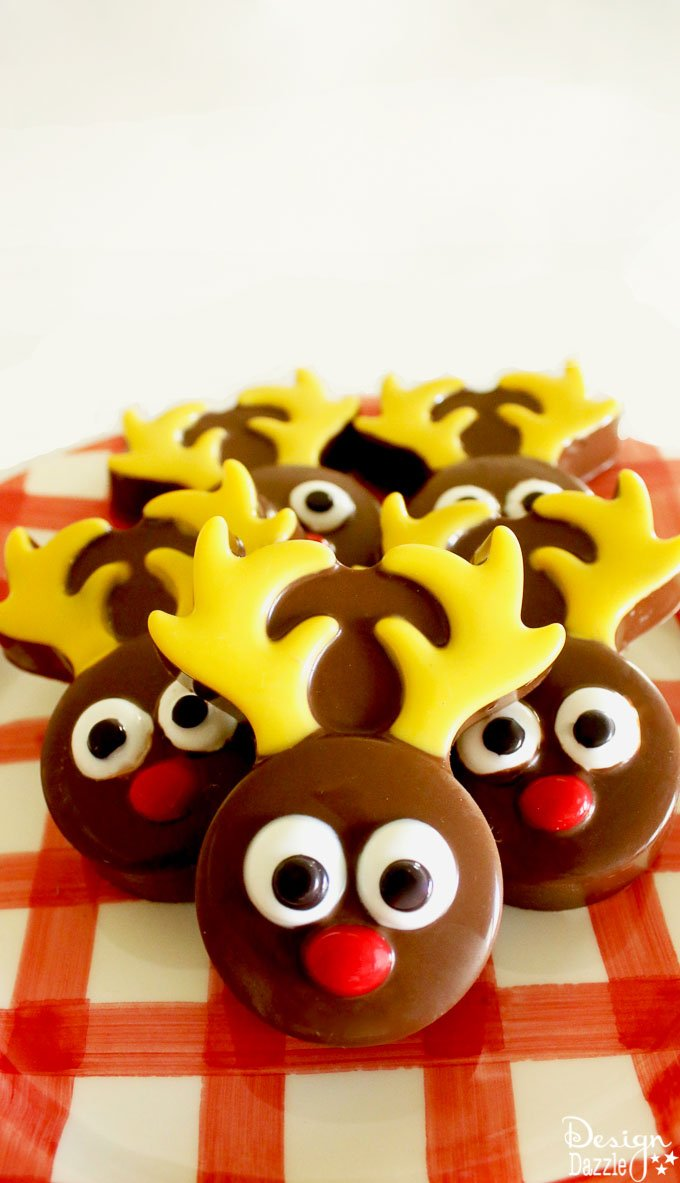 This chocolate covered Oreo reindeer is an adorable festive dessert, perfect for an activity with your kids or even an upcoming holiday party! | Design Dazzle