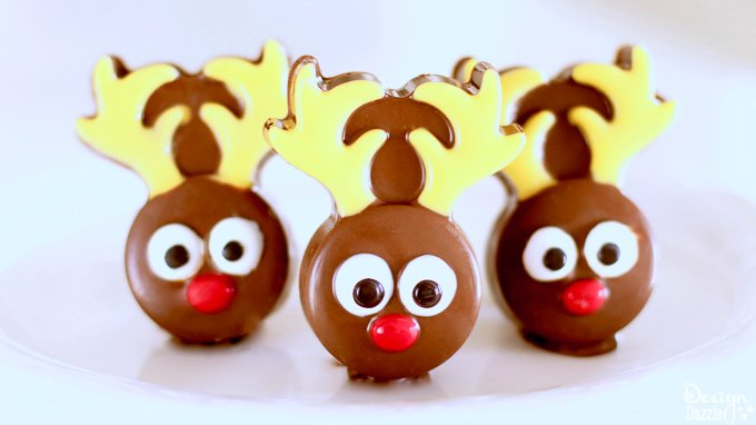 This chocolate covered Oreo reindeer is an adorable festive dessert, perfect for an activity with your kids or even an upcoming holiday party!| Design Dazzle