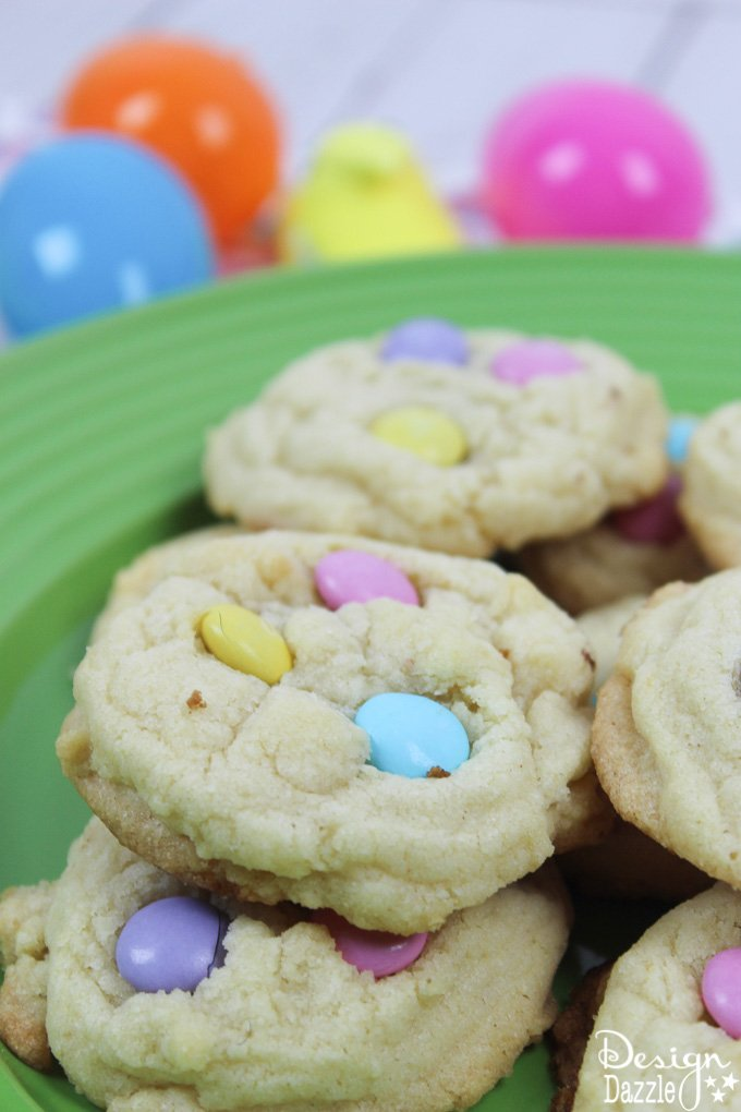 These delicious spring sugar cookies are as delicious as they are cute! You and your family will absolutely love trying out a new recipe and making them together! | Design Dazzle