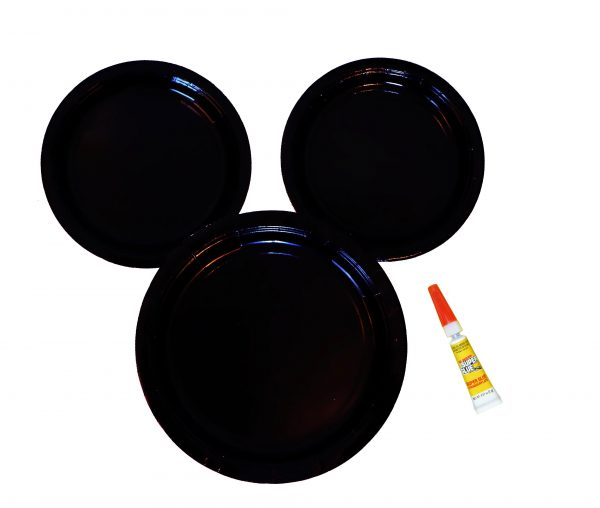 This DIY Mickey Mouse Plate project is super quick and easy to make. It's a great idea for your Disney or Mickey Mouse themed party. It's even a cute decor idea! | Design Dazzle