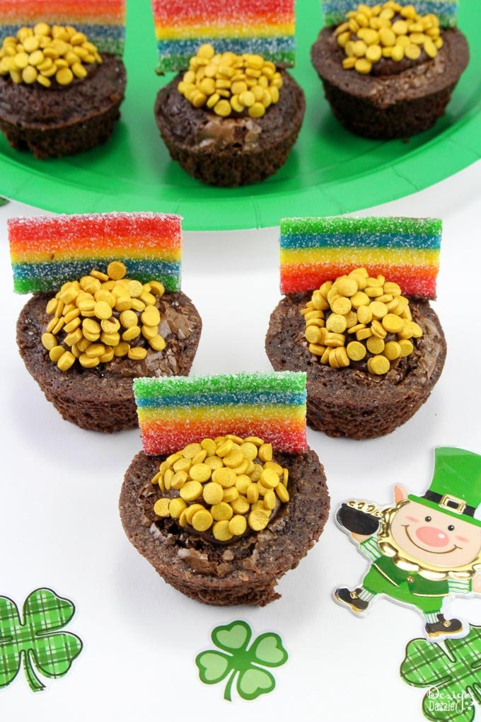 St. Patrick's Day Brownie Bites to find the pot o' gold at the end of the rainbow! Easy treats that kids will love to eat and make! The perfect St. Patty's dessert! #stpattys || Design Dazzle