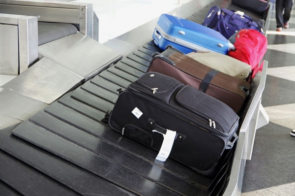 Have any of you ever felt like this when trying to close a suitcase? Make your life much better with this ultimate suitcase packing tips! - Design Dazzle