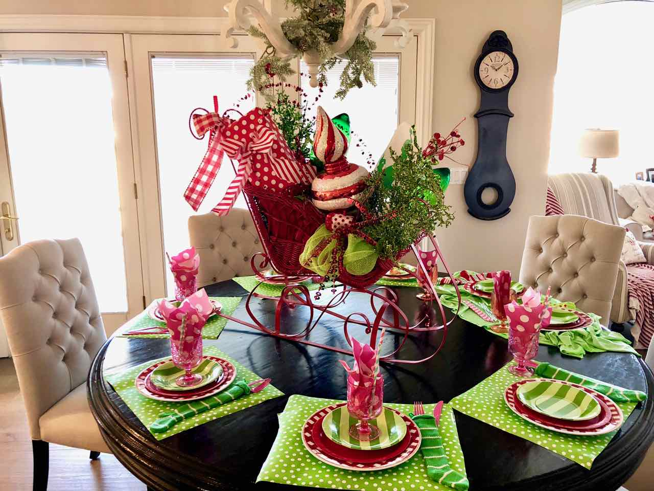 Looking for fun Chritsmas breakfast ideas? Check out this exciting Grinch themed Christmas breakfast! The colors, decor, food, all yell Grinch!